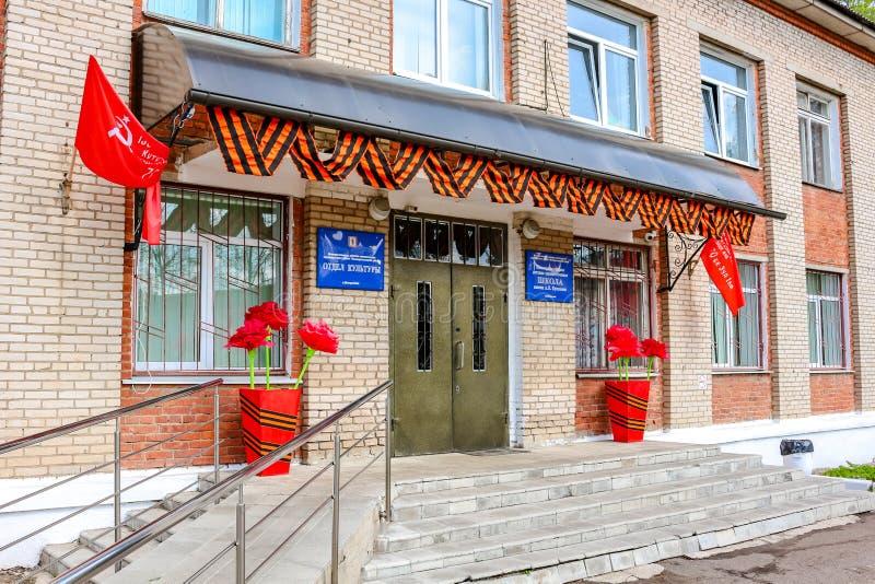 Maloyaroslavets, Russland - Mai 2016: Abteilung der Kultur von Maloyaroslavets-Stadt verziert vor dem Feiertag Mai 9. lizenzfreie stockfotos