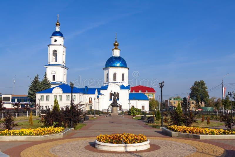 Maloyaroslavets Ryssland, 09 09 2018: Central fyrkant av staden som förbiser Christian Church royaltyfria bilder