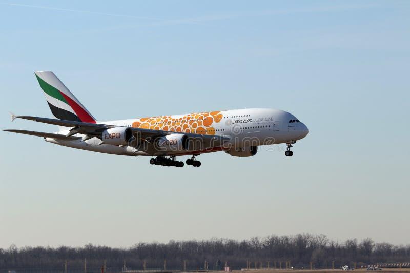 Malpensa flygplats, Milan, Italien - 06 Februari 2019: Flygbuss A380 Emirates Airlines, livreaEXPO Dubai 2020 UAE, passagerarestr royaltyfria foton