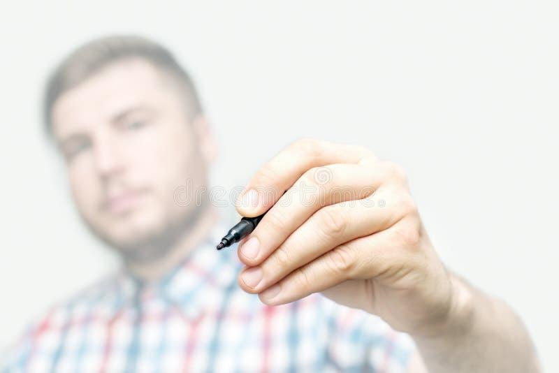 Malplaatje - de jonge mens trekt of schrijft a met teller op de het glasmuur of scherm royalty-vrije stock foto