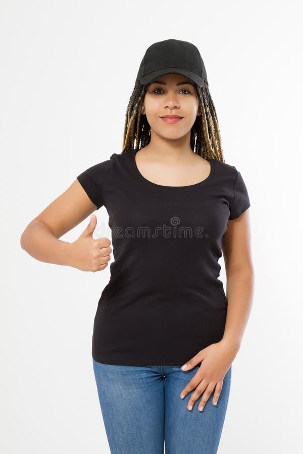 Malplaatje lege zwarte t-shirt en honkbalhoed Afrikaanse Amerikaanse vrouw in de zomerkleren met exemplaarruimte die op wit wordt stock foto