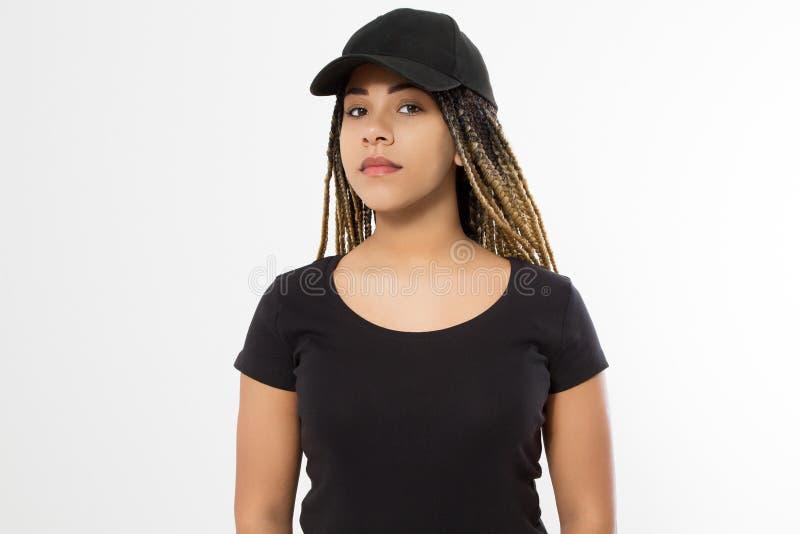 Malplaatje lege zwarte t-shirt en honkbalhoed Afrikaanse Amerikaanse vrouw in de zomerkleren met exemplaarruimte die op wit wordt stock foto's