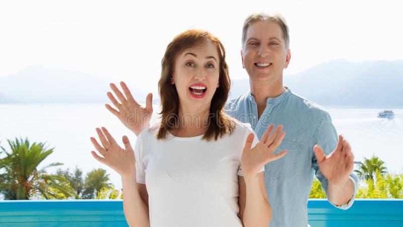 Malplaatje van de de zomer het witte t-shirt Gelukkig midden oud familiepaar bij vakantie Strand en vakantieconcept Exemplaarruim royalty-vrije stock afbeelding