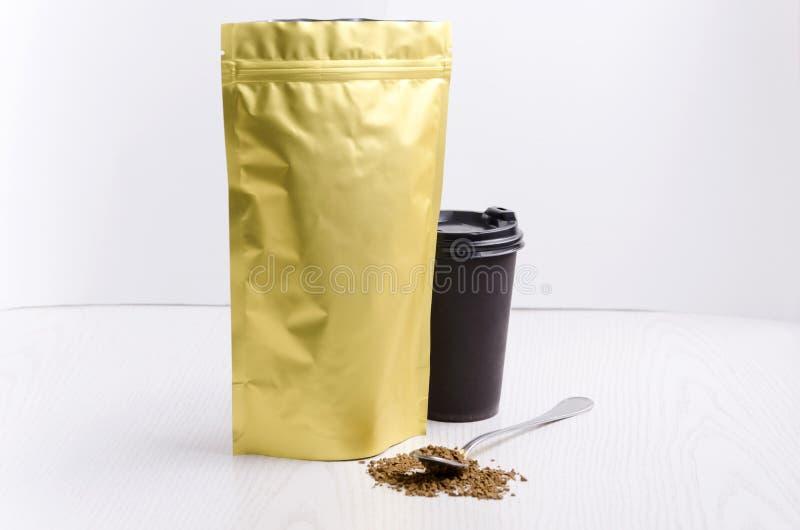 Malplaatje van onmiddellijke koffie verpakking Document de kop met hete drank, lepelt hoogtepunt van onmiddellijke koffie Voorber stock afbeelding