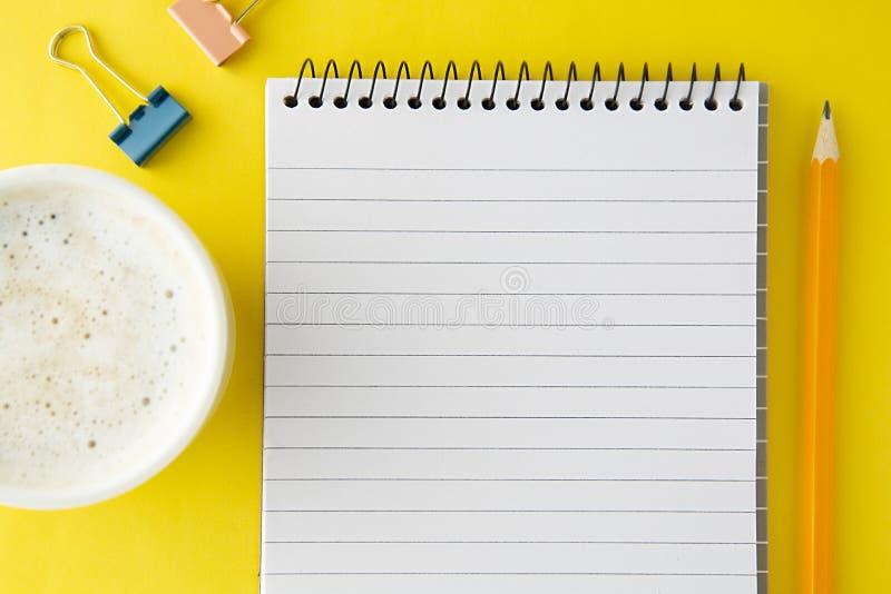 Malplaatje voor sociale media - het werkruimte, het werklijst Smartphone met open notitieboekje, koffiekop en bureaulevering Ruim stock afbeeldingen
