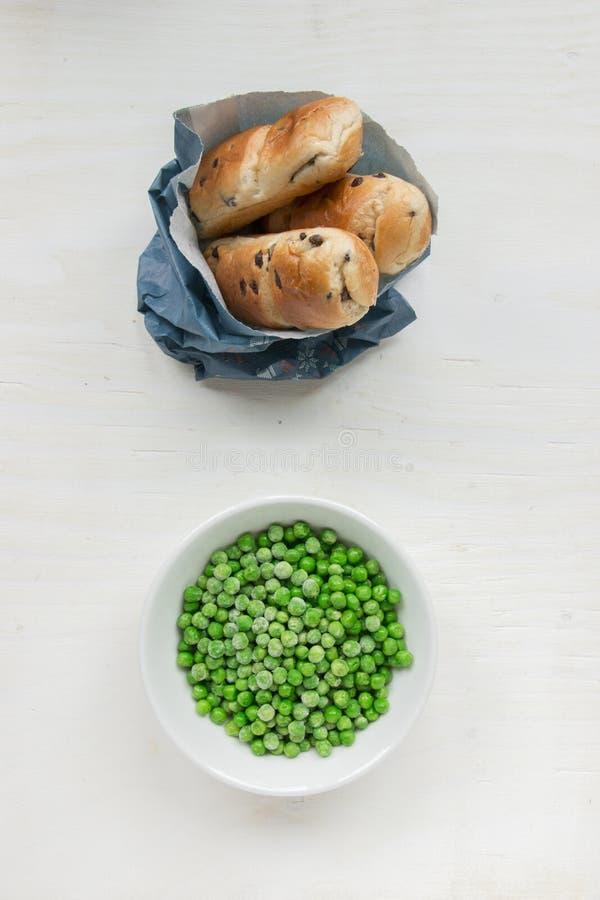 Malsano contra la comida sana fotografía de archivo