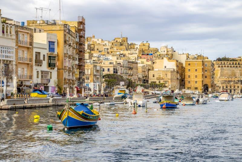 Maltański miasta nabrzeże z łodziami i Maltańska architektura obraz royalty free