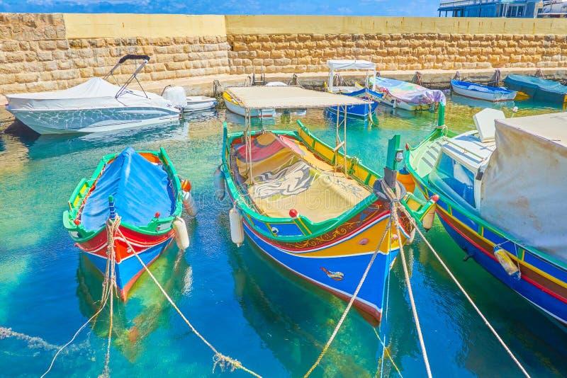 Maltańskie kolorowe drewniane luzzu łodzie, Bugibba fotografia stock