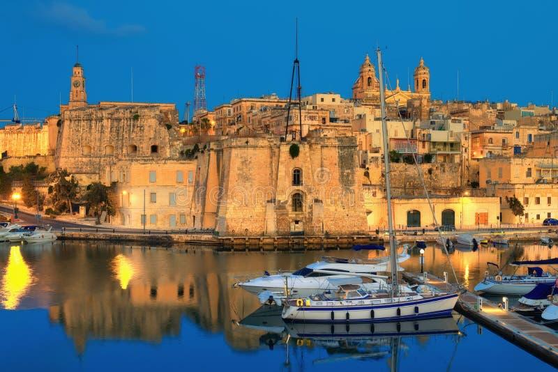 Malta, as três cidades; uma opinião da noite a Cospicua imagens de stock royalty free