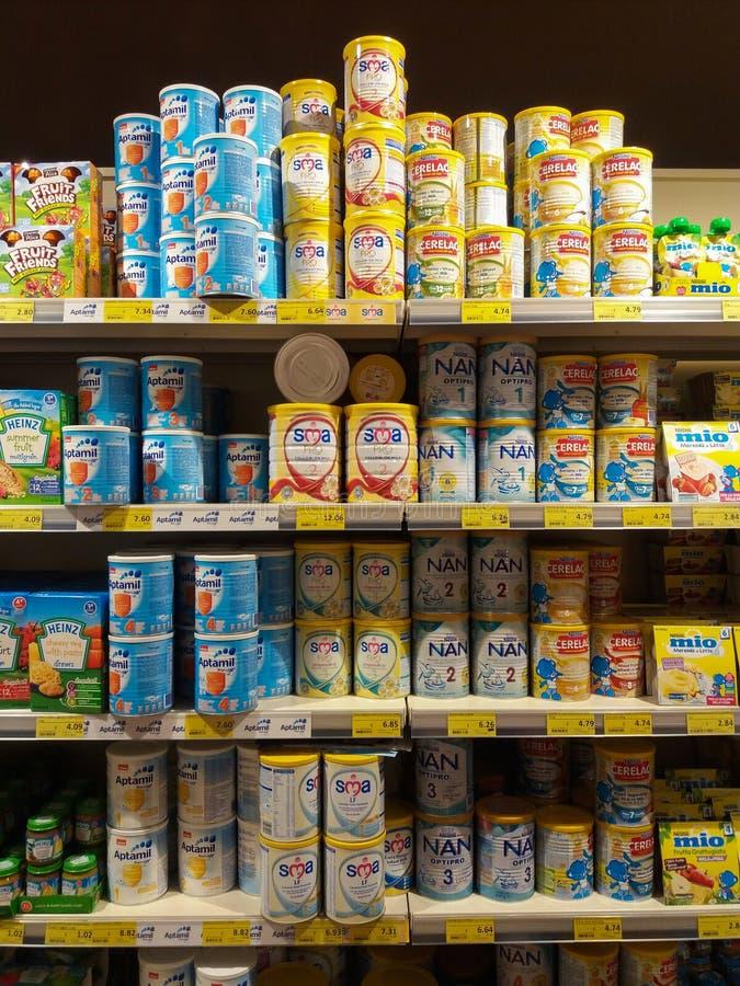 11 08 2017 Malta den Valyou supermarket, olika tipes av behandla som ett barn formel mjölkar på hyllan arkivfoton