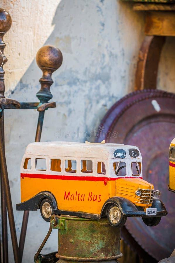 Malta& x27; färgglade bussar för s i Gozo fotografering för bildbyråer
