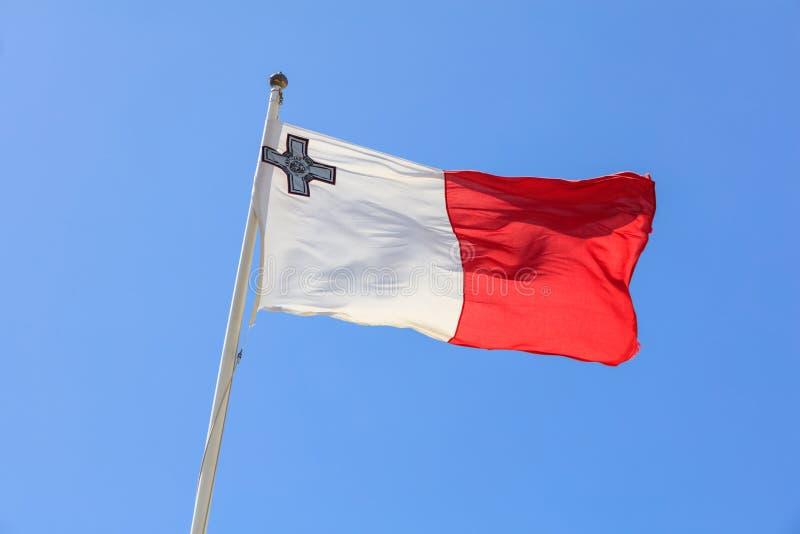 Malta flaga Malta flaga na słupa falowaniu na niebieskiego nieba tle obrazy stock