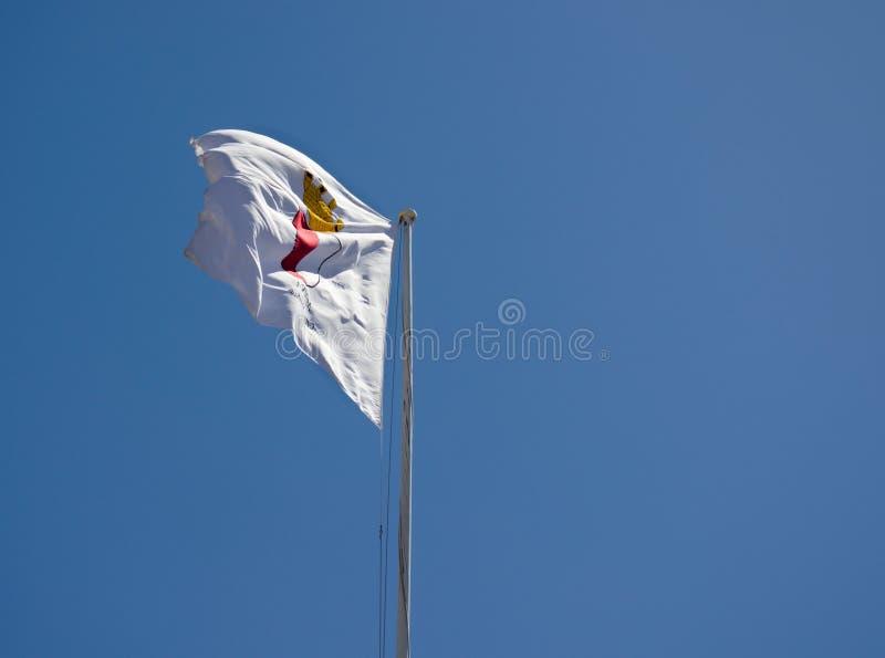 Malta flagi falowanie w niebieskim niebie obraz stock