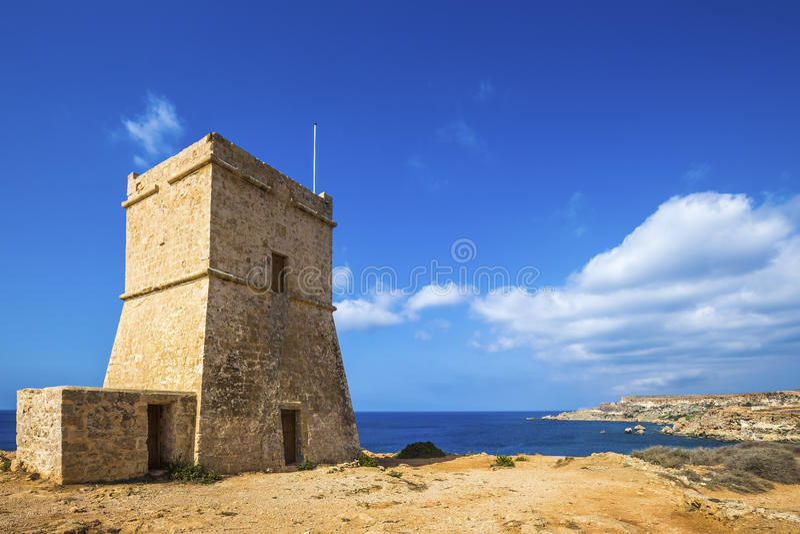 Malta- - Ghajn-Tuffieha Wachturm an der goldenen Bucht an einem schönen sonnigen Tag lizenzfreies stockfoto