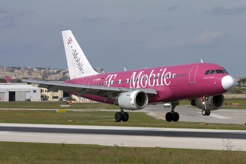 Malta, il 20 novembre 2007: Il tedesco traversa A320 volando fotografia stock libera da diritti