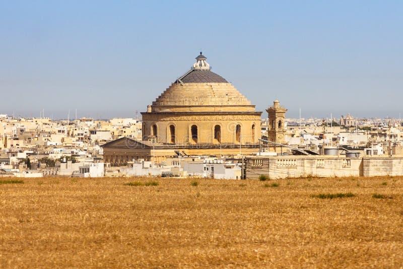 Malta landskap med den Mosta kupolen royaltyfri fotografi