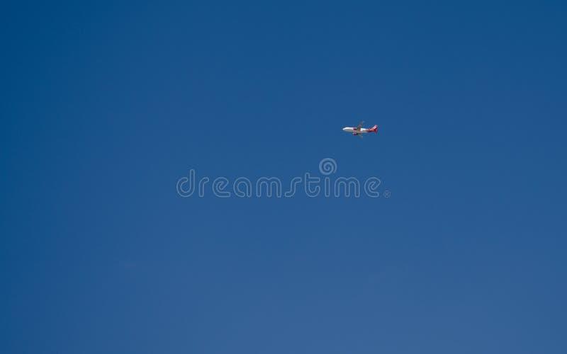 Malta, mayo de 2019: Vuelo distante del aeroplano de Malta del aire a través del cielo azul fotografía de archivo libre de regalías