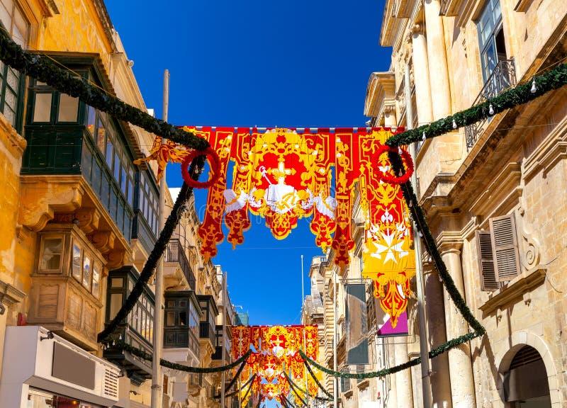 malta Padrões e bandeiras do feriado nas ruas estreitas velhas de Valletta foto de stock royalty free