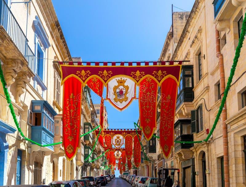 malta Padrões e bandeiras do feriado nas ruas estreitas velhas de Valletta fotos de stock
