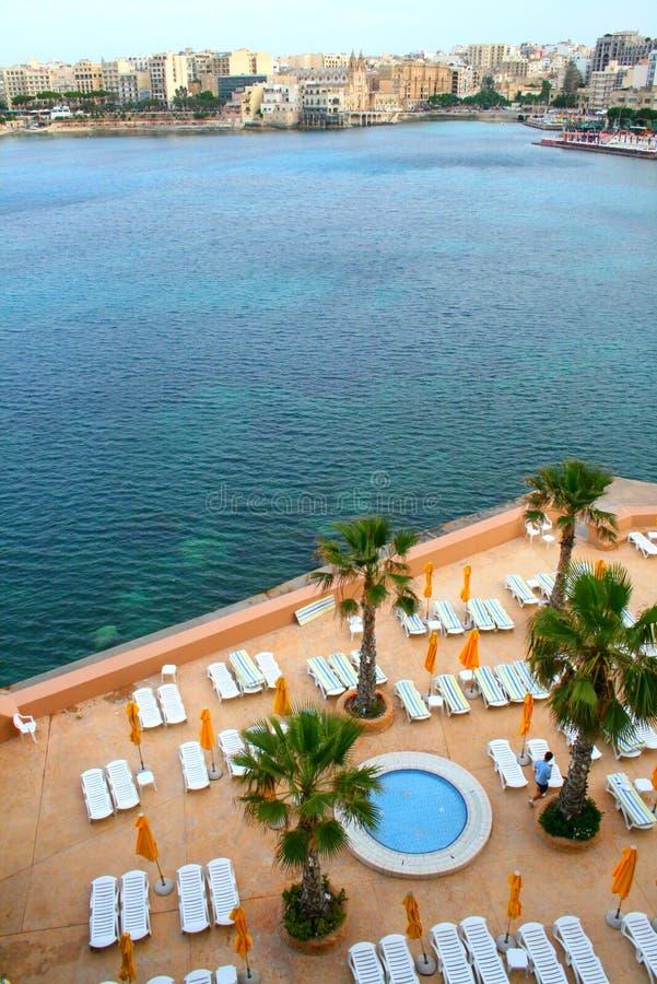 Malta, panorama del St. Julians con la piscina del hotel fotos de archivo libres de regalías