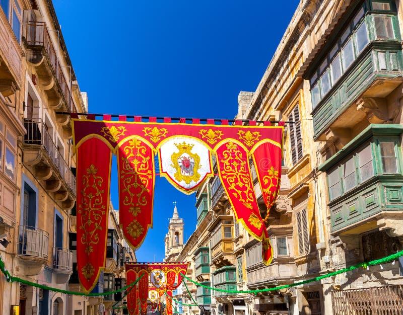 malta Semestra normal och flaggor i de gamla smala gatorna av Valletta royaltyfri fotografi
