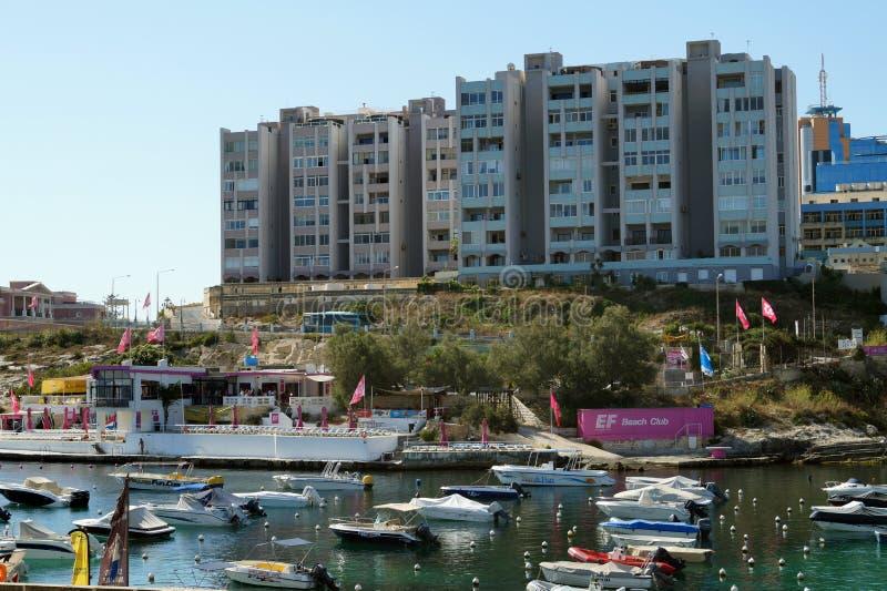 malta St Julian, luglio 2014 Costa Mediterranea nel distretto nella st Julian fotografia stock libera da diritti