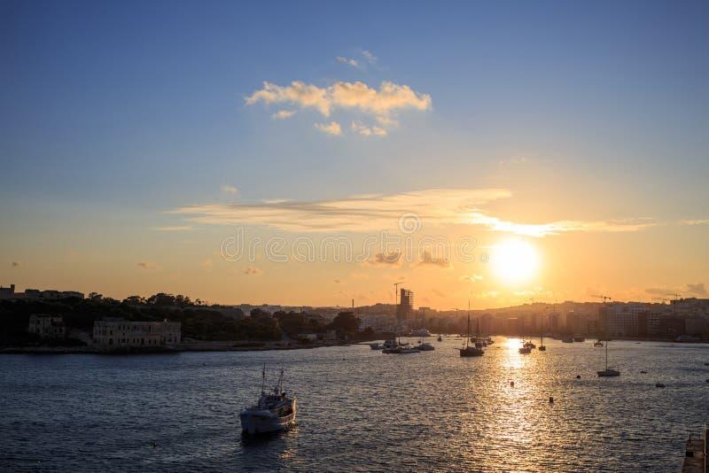 Malta, Valletta Ciudad, mar y cielo de Sliema en la puesta del sol, fondo de la salida del sol Visión panorámica fotos de archivo