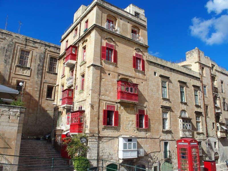 Malta, Valletta Edificio rojo-windowed fotos de archivo