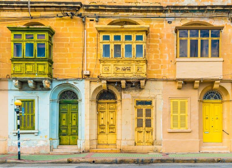 Malta, Valletta: Fachada de uma casa residencial com os balcões malteses tradicionais fotografia de stock