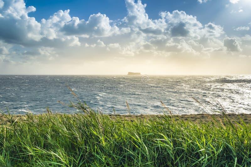 Malta: Vista di vista sul mare da Ghar Lapsi sopra l'isola di Filfla fotografia stock