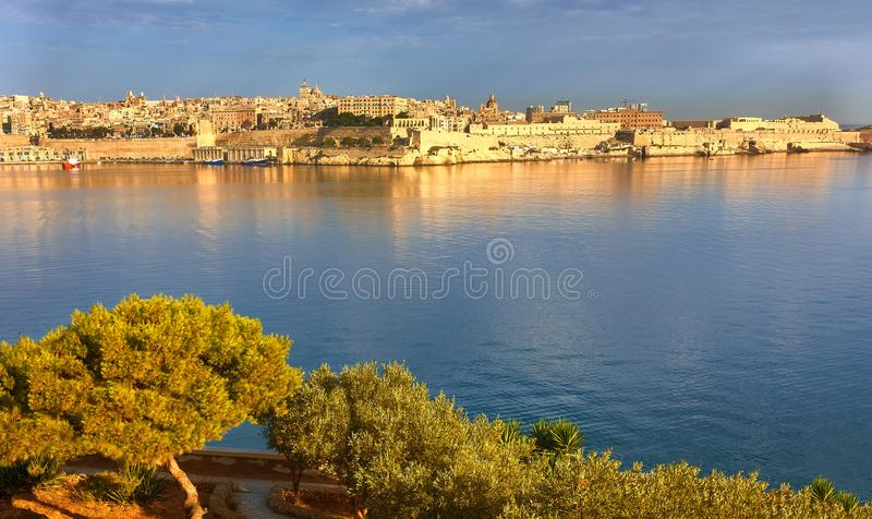 Malta, vista su La Valletta dalla penisola di Kalkara presto nel mattino fotografia stock libera da diritti