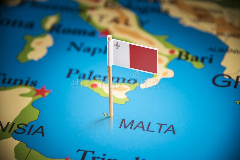 Malte a identifié par un drapeau sur la carte images libres de droits