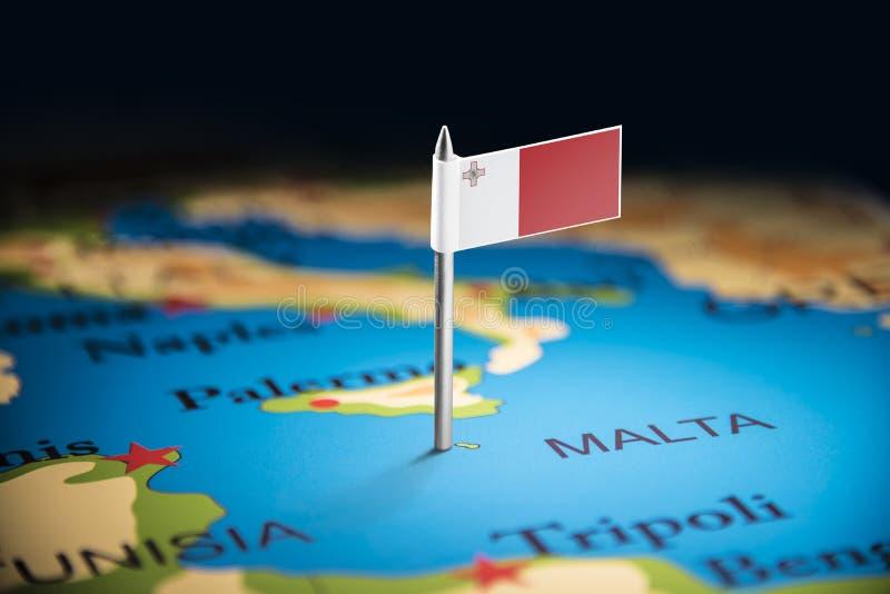Malte a identifié par un drapeau sur la carte image stock