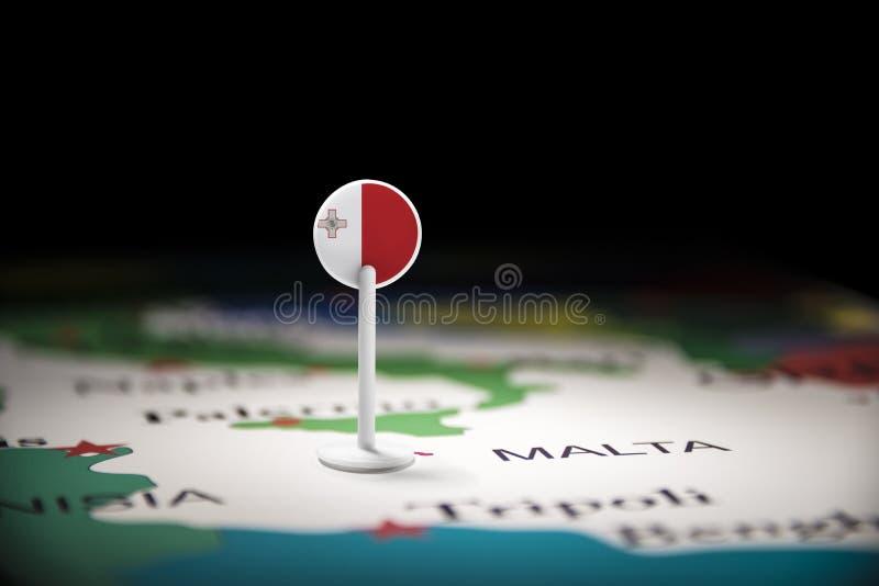 Malte a identifié par un drapeau sur la carte photographie stock