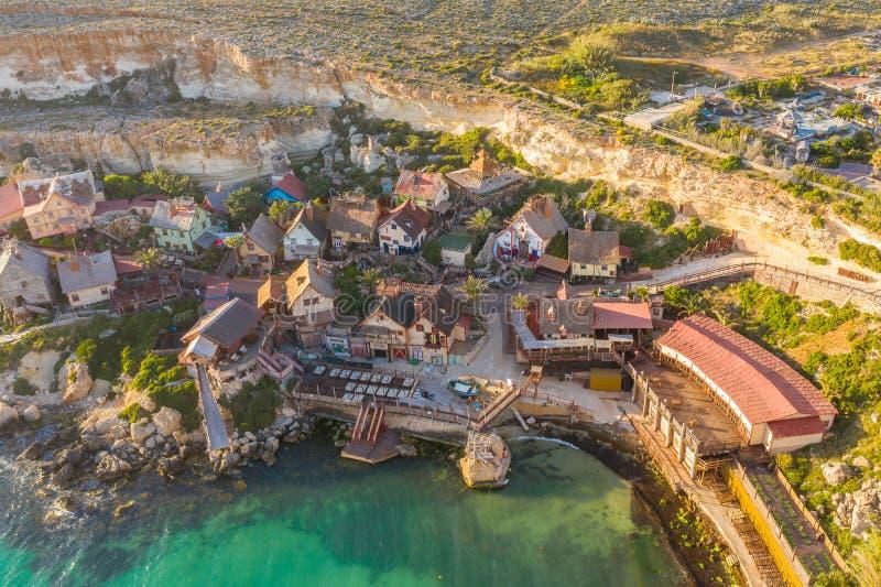 Malte, IL-Mellieha Vue de la vue a?rienne et de la baie de Popeye de village c?l?bre c?l?bre sur une lumi?re de coucher du soleil photos libres de droits