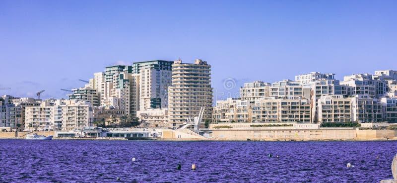 Malte La Valette Bâtiments à plusiers étages modernes de Sliema, mer bleue et fond de ciel image libre de droits