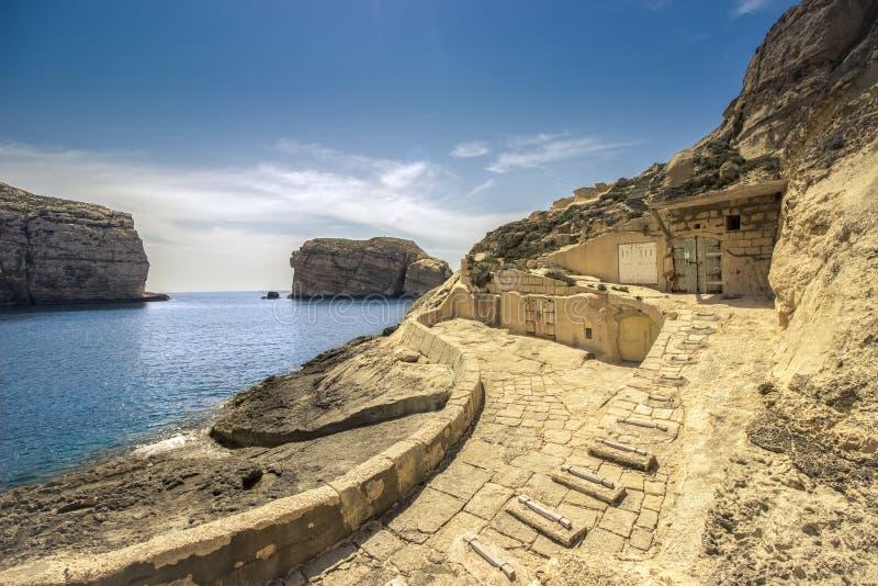 Maltees zeegezicht, met verborgen botenhuizen stock foto's