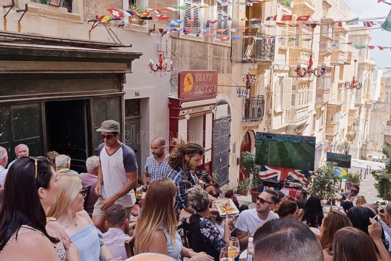 Maltese het horlogevoetbalwedstrijd van mensenventilators op Valletta-straat stock foto