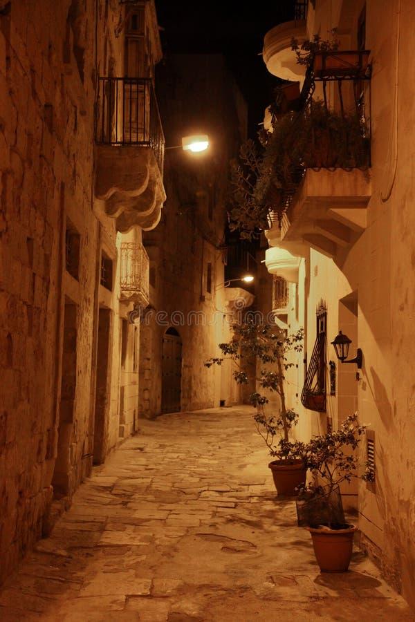 Maltese straat bij nacht royalty-vrije stock afbeelding