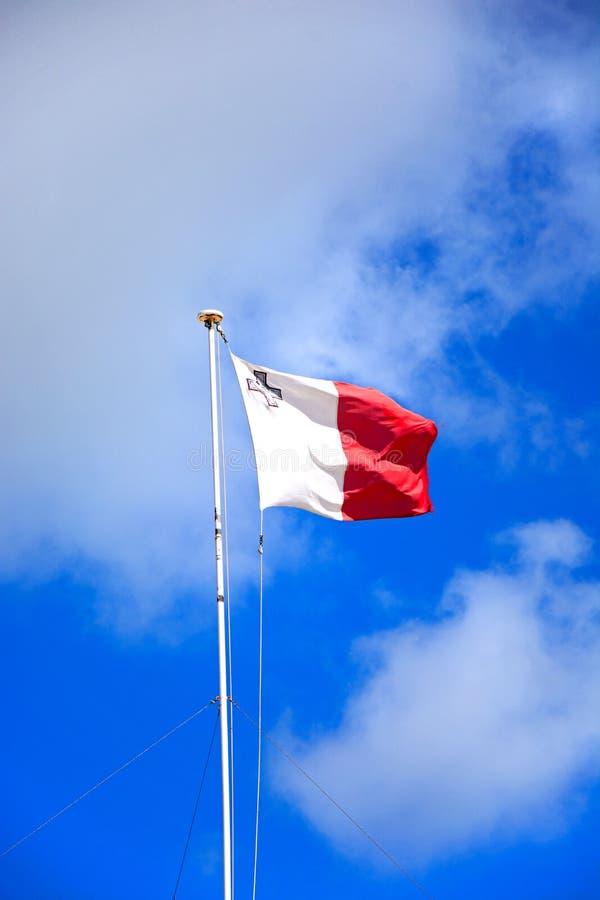 Download Maltesische Flagge Auf Einem Fahnenmast, Gozo Stockfoto - Bild von sonnig, blau: 106803554