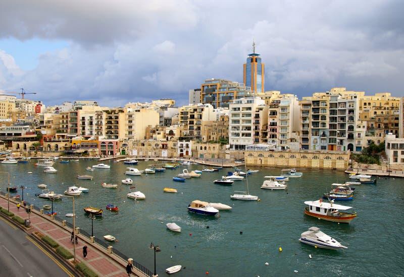 Maltesische Küste in dem Mittelmeer stockfotos
