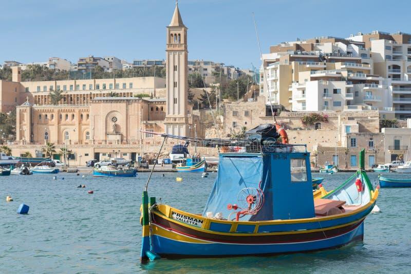 Maltesisk fiskebåt, luzzu, i den Marsaskala hamnen, Malta, Europa royaltyfria bilder