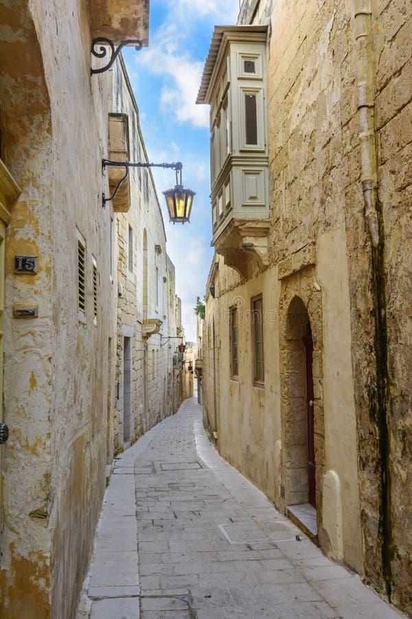 Maltesisk smal gata i Mdina royaltyfri foto