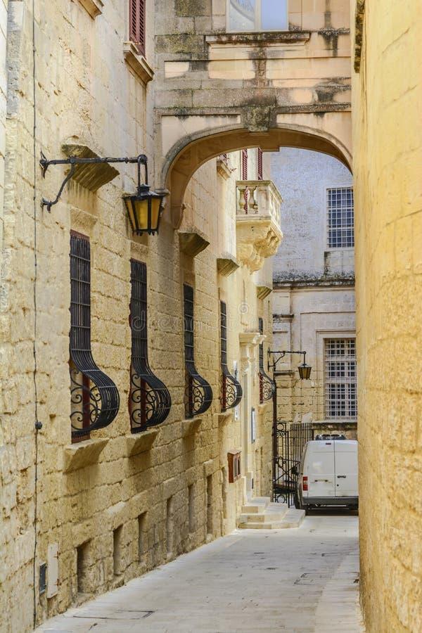 Maltesisk smal gata i Mdina royaltyfri fotografi