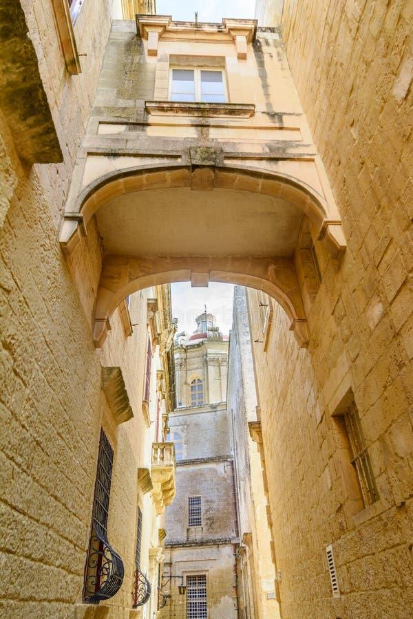 Maltesisk smal gata i Mdina royaltyfria bilder