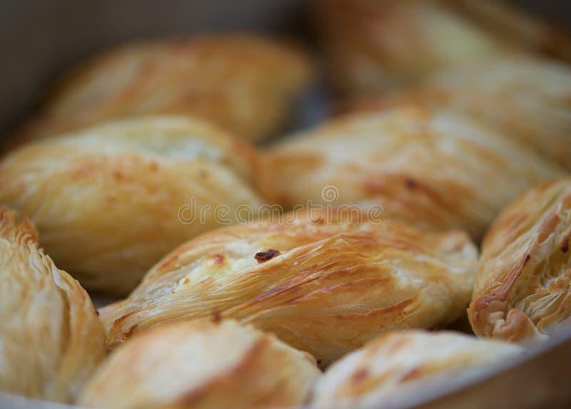 Maltesisk stekhet läckerhet, pastizzi Pastizzi typisk gatamat Maltesiska pastas med ricotta och ärtor maltese mat royaltyfri foto