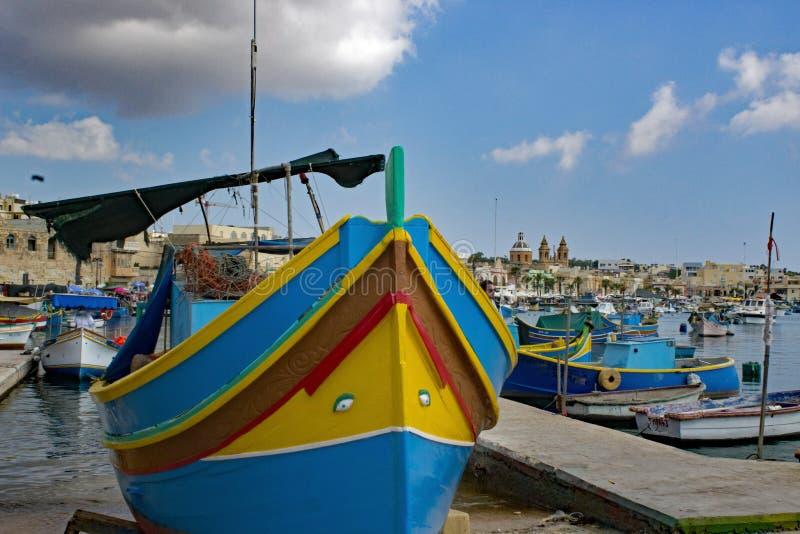 Maltesisk traditionell fiskebåt Luzzu arkivbild