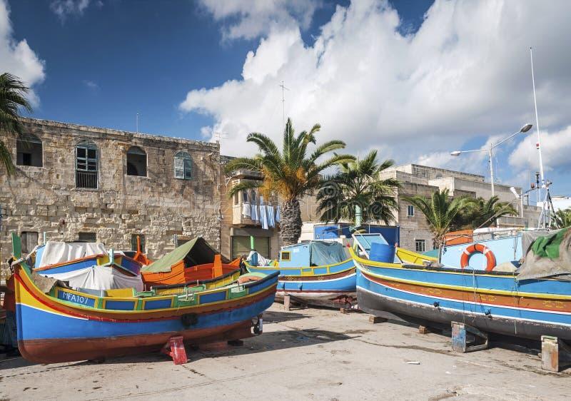 Maltesiska traditionella målade luzzufartyg i marsaxlokk som fiskar VI arkivbild