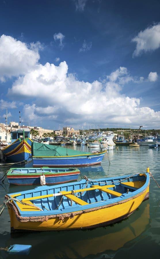 Maltesiska traditionella målade luzzufartyg i marsaxlokk som fiskar VI royaltyfri fotografi