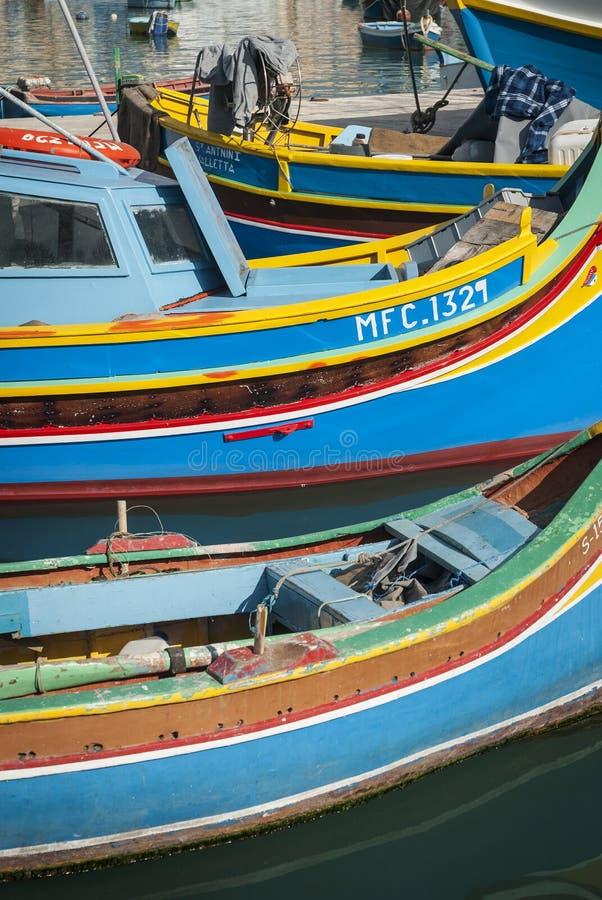 Maltesiska traditionella målade luzzufartyg i marsaxlokk som fiskar VI royaltyfria foton